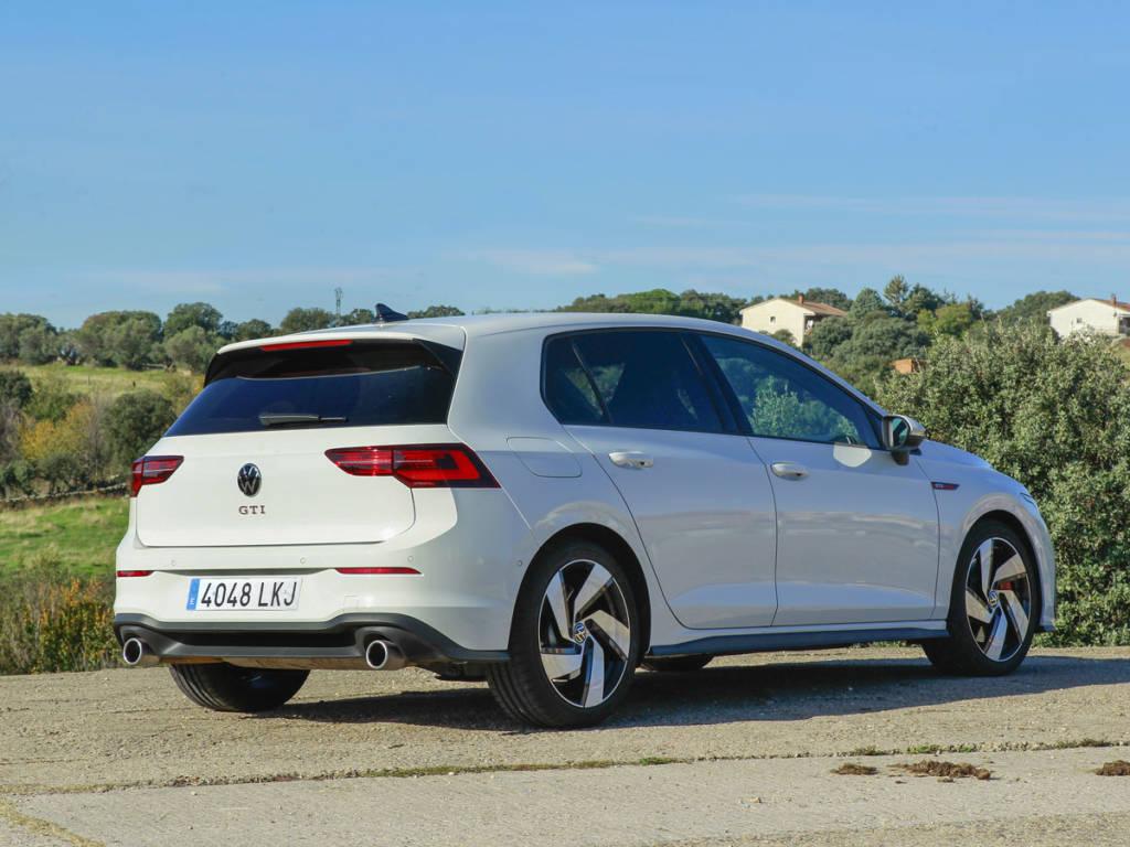 Visión de tres cuatros trasera del Volkswagen Golf GTI