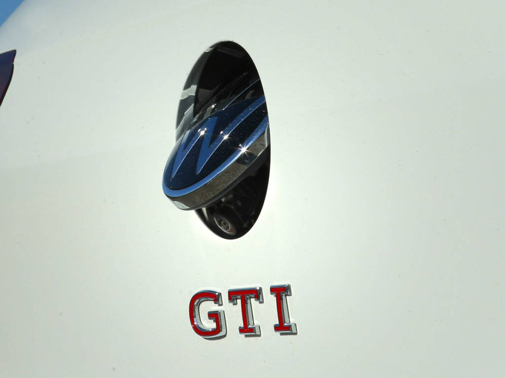 La cámara de visión trasera se oculta tras el emblema de Volkswagen
