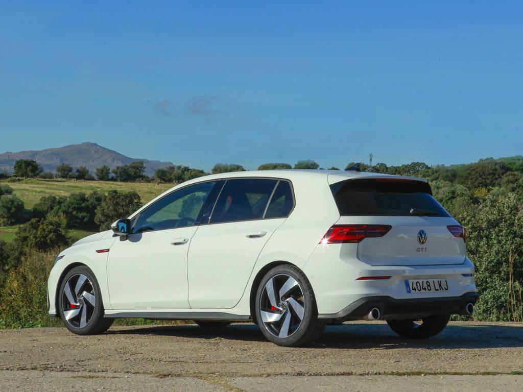Visión tres cuarto trasera del Volkswagen Golf GTI