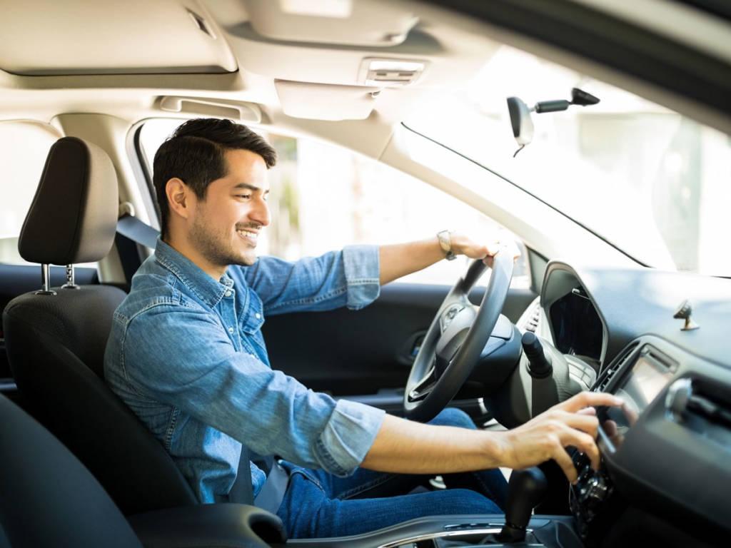 Buscar nuestro tema favorito o una emisora que nos acompañe también nos obliga a distraer la atención de la carretera