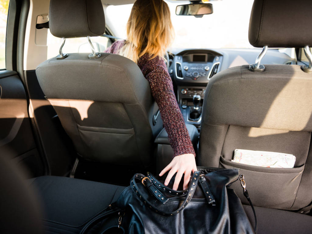 Fumar al volante es un peligro, desde el momento en el que se busca el paquete de tabaco