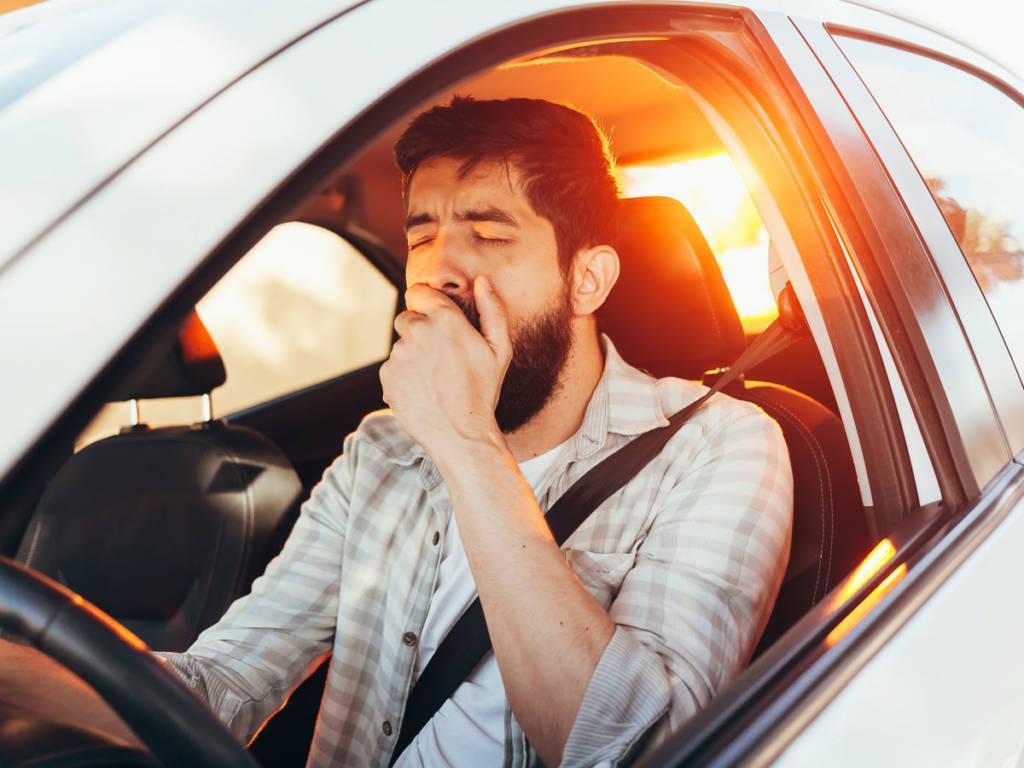 Para evitar el sueño al volante hay que dormir bien el día de antes y evitar las comidas copiosas