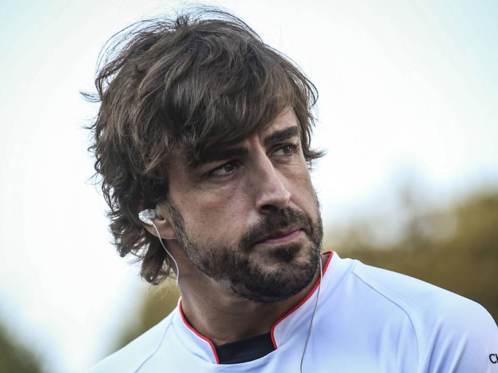 Las primeras informaciones advierten de una fractura de mandíbula de Fernando Alonso tras el atropello