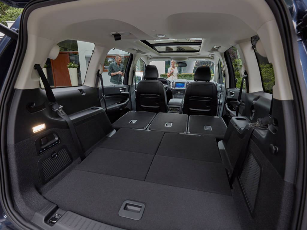 En ambos casos aparecen con asientos Easy Ford que permiten acoplar cada una de las plazas para dejar un maletero de suelo continuo.