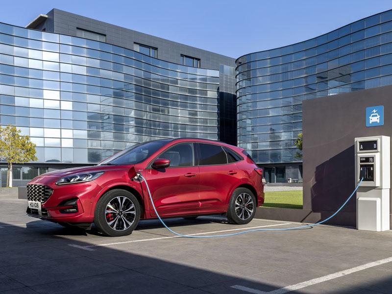 El Ford Kuga añade a sus altas dosis de calidad y tecnología mecánicas híbridas enchufables.