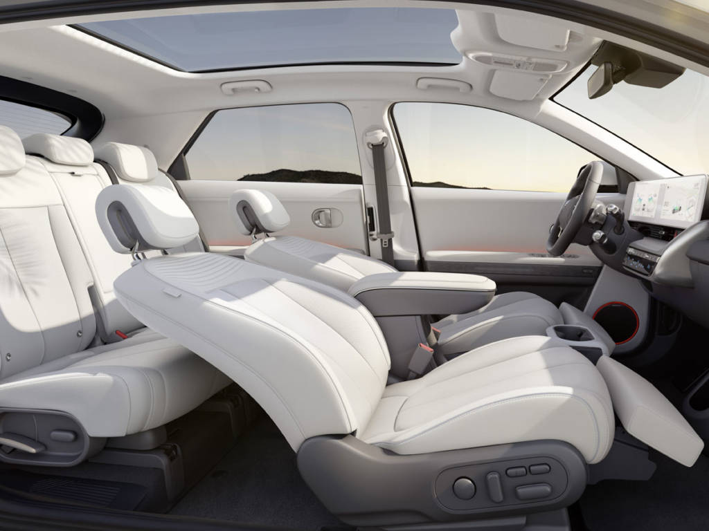 Los asientos y paneles emplean numerosos materiales de origen reciclado o en los que el impacto medioambiental es mínimo.