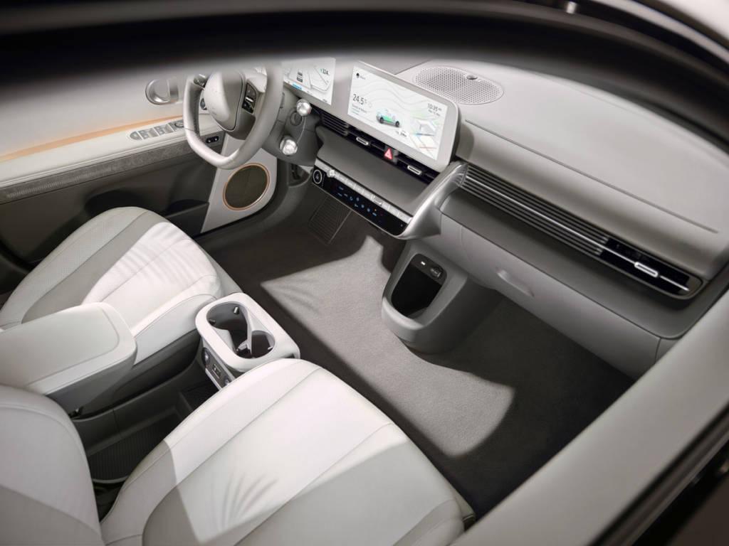 La consola central se puede retirar hacia atrás para que, junto con el suelo plano, los pasajeros de las plazas delanteras puedan salir por ambos lados del vehículo.