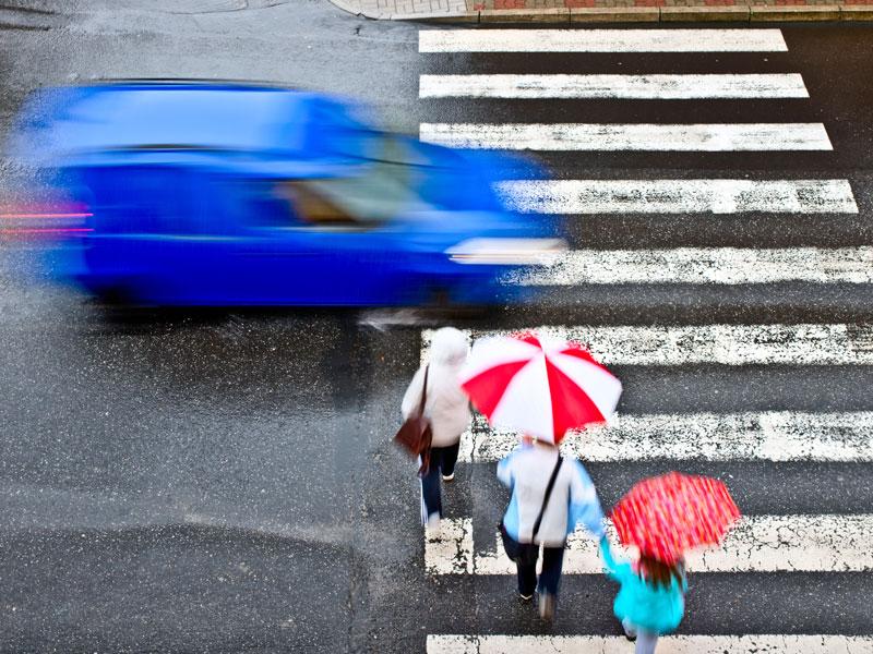 No detener ante un paso de peatones conlleva una multa de 200 euros.