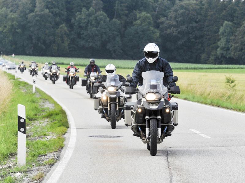 Multa por no utilizar el casco viajando en moto