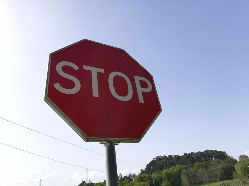 El obligatorio frenar ante un semáforo en rojo y una señal de stop, aunque no se acerque nadie