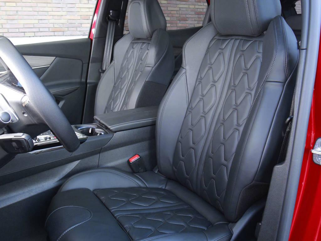 Los asientos siguen siendo amplios, cómodos y otorgan buena sujeción, los propios de un SUV que puede salir del asfalto