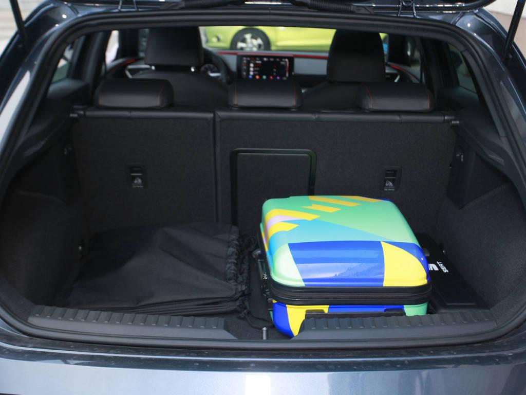 La mecánica híbrida enchufable pasa factura en el maletero, solo cuenta con 270 litros.