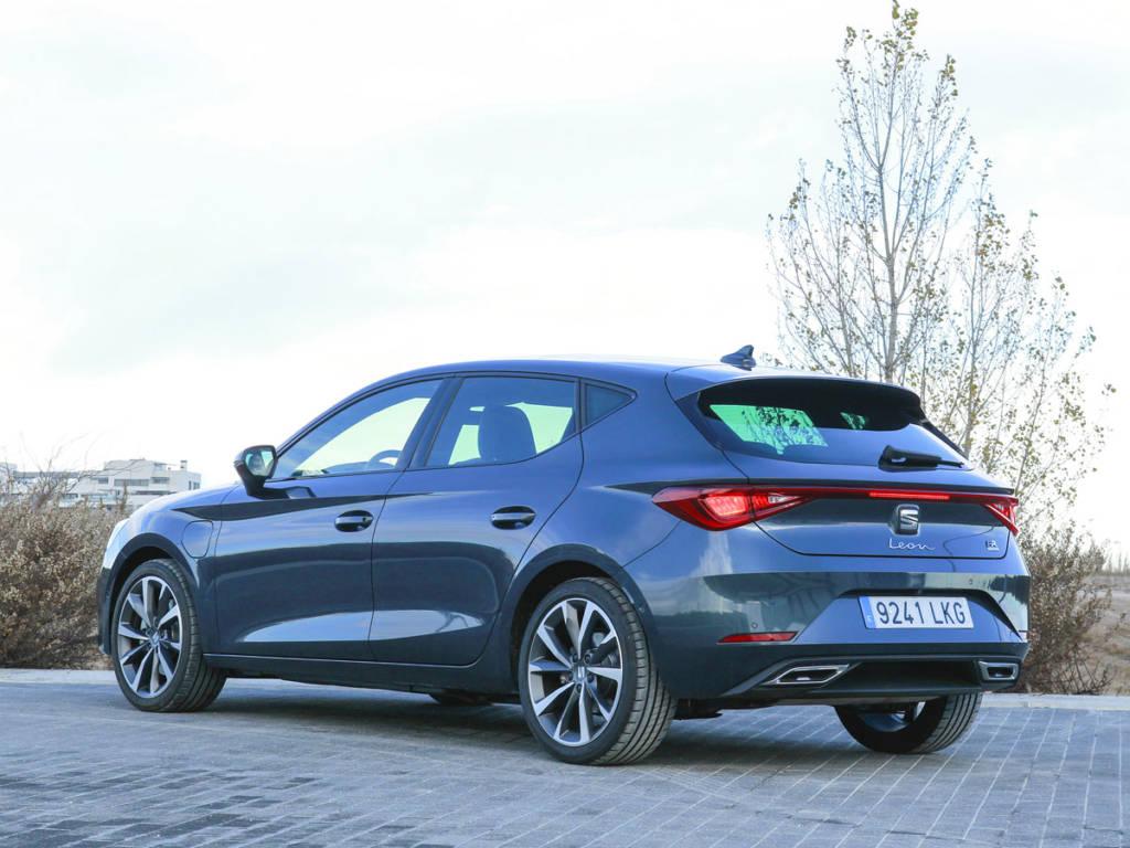 Vista trasera tres cuartos del SEAT León e-Hybrid