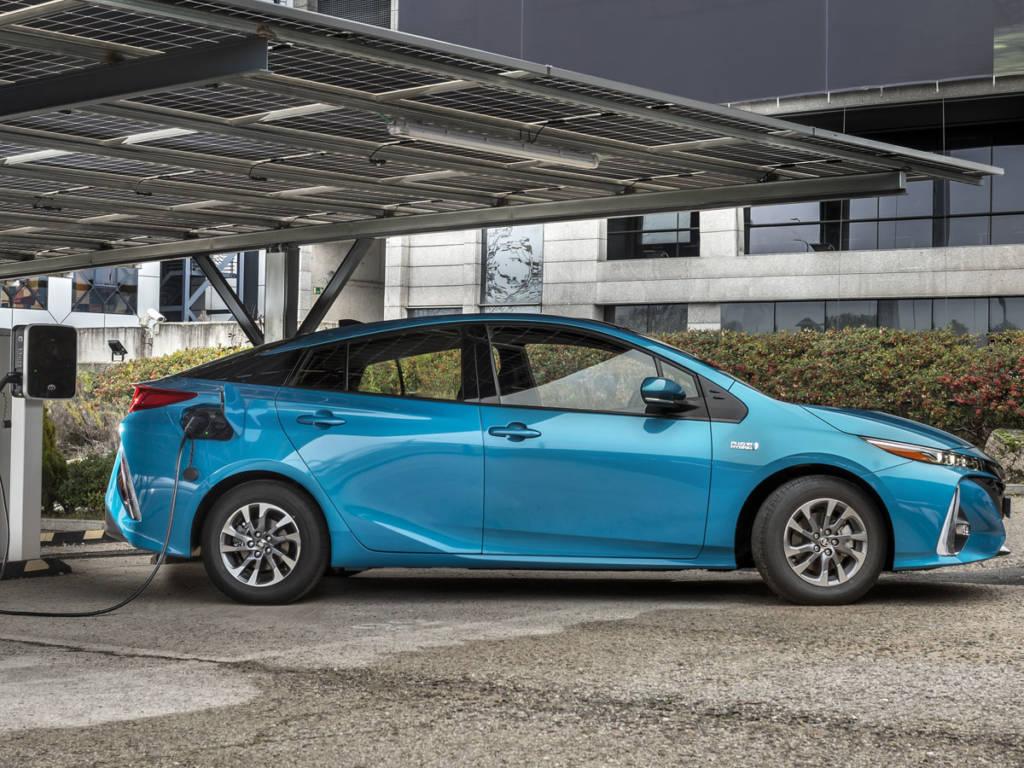 El Toyota prius plug-in 2021 se carga en menos de 4 horas con un enchufe convencional, menos de 2 con uno de tipo wallbox