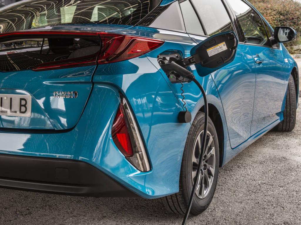 El boquerel de carga eléctrica se sitúa a la derech en el Toyota Prius plug-in 2021. El del depósito de combustible en el izquierdo.