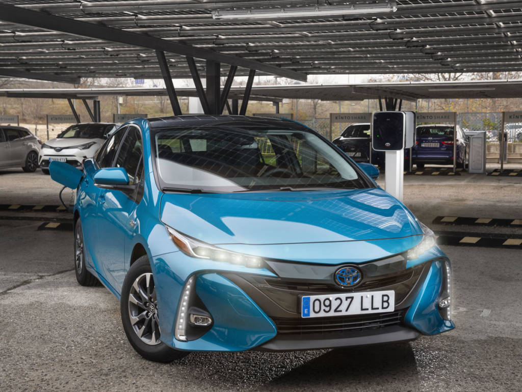 El Toyota Prius plug-in 2021 estrena imagen, más afilada y estudiada que la de su predecesor.