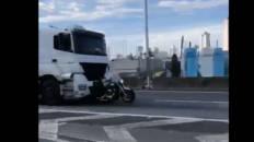 Viaja 30 km colgado de la ventanilla del camión que lo atropelló y mató a su esposa