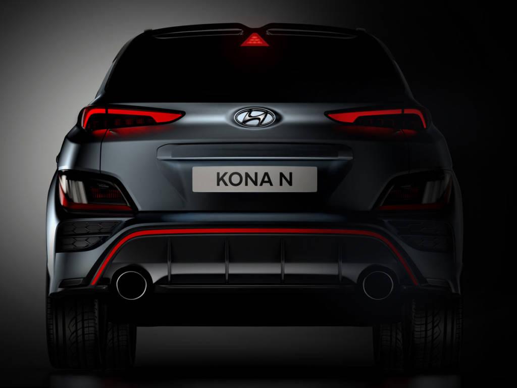 El Hyundai Kona N 2021 muestra una imagen muy deportiva con spoiler, difusor y doble cola de escape