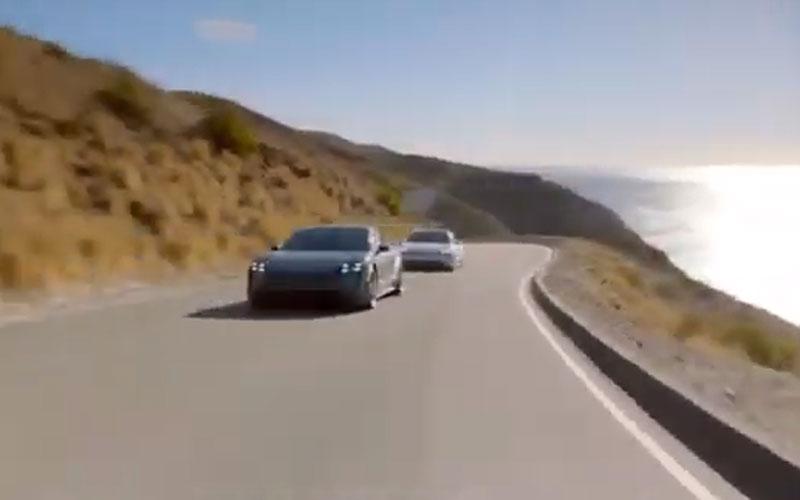 Keanu Reeves se divierte sobre el Porsche Taycan