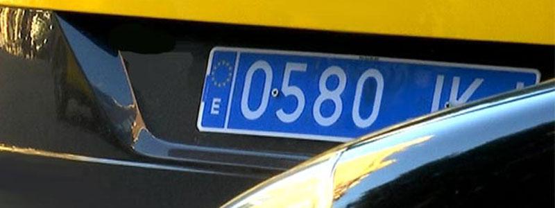Vehículos de transporte de viajeros: letras blancas sobre fondo azul
