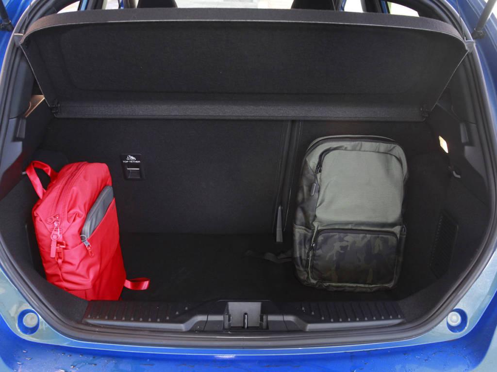 Vista del maletero que cubica  303 litros