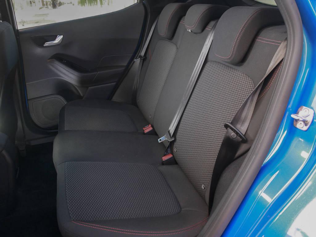 Vista de los asientos traseros del Ford Fiesta