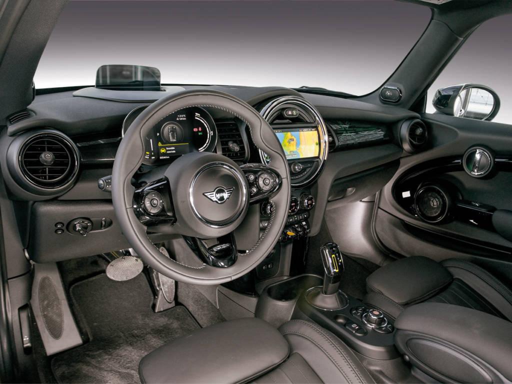 El interior es similar al del resto de la gama, apenas unos cambios como el potenciómetro