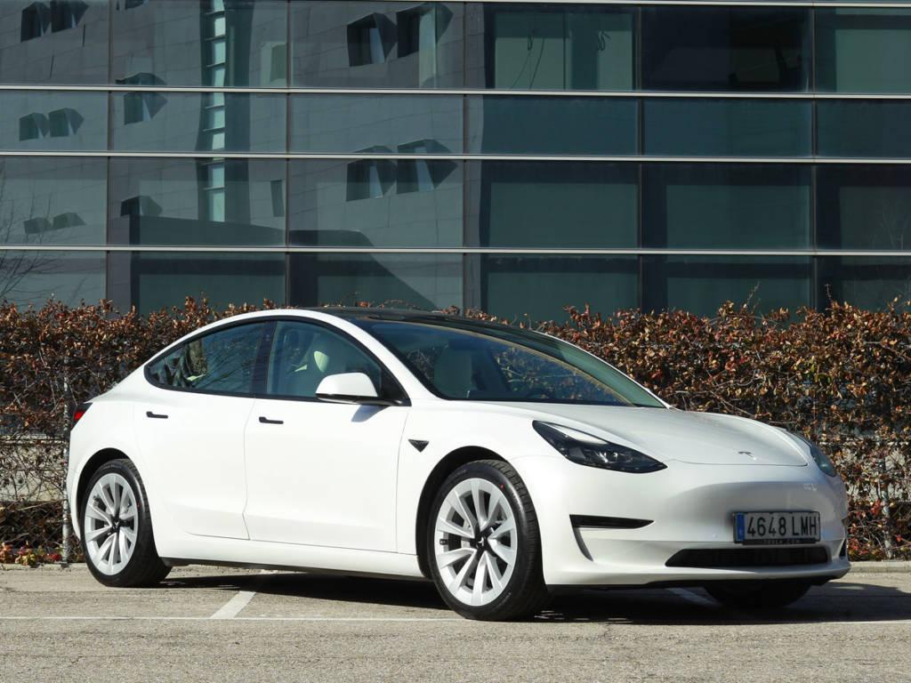 Vista delantera tres cuartos del Tesla Model 3