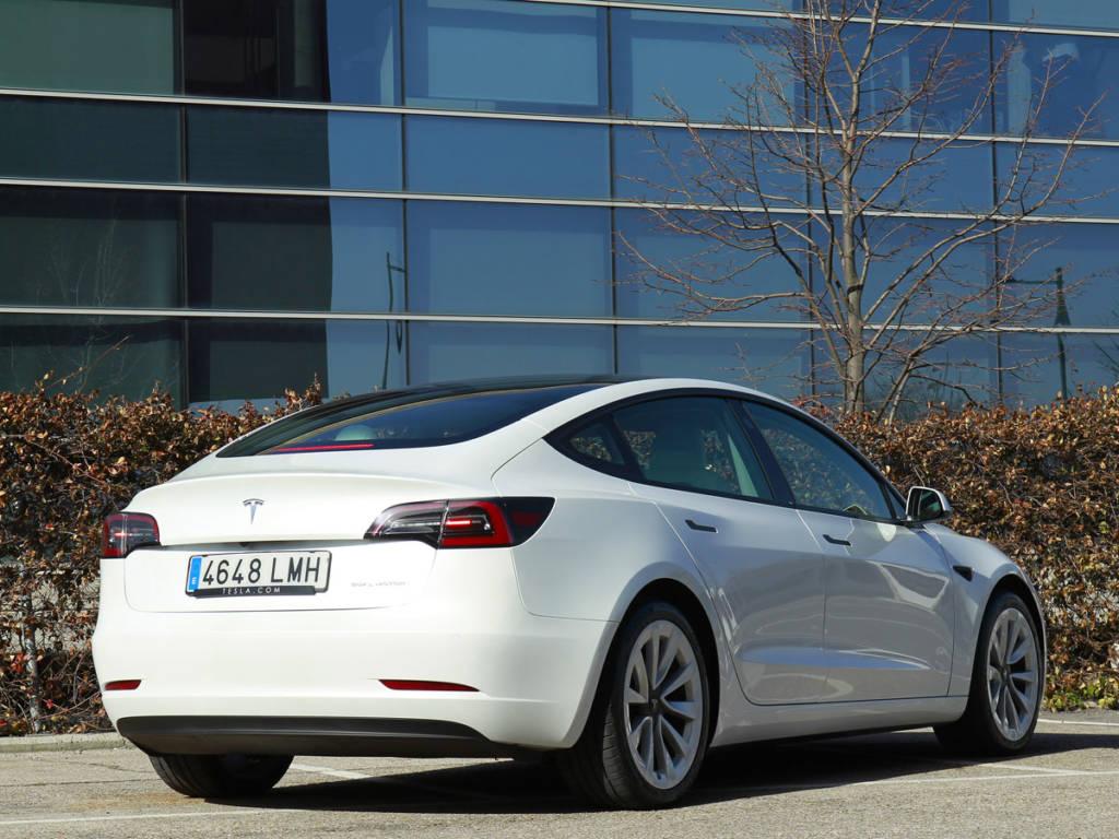 Vista tres cuartos trasera del Tesla Model 3