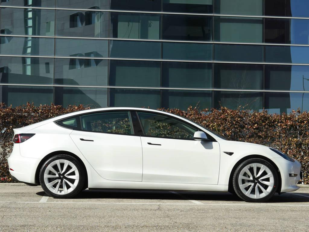 Vista lateral del Tesla Model 3