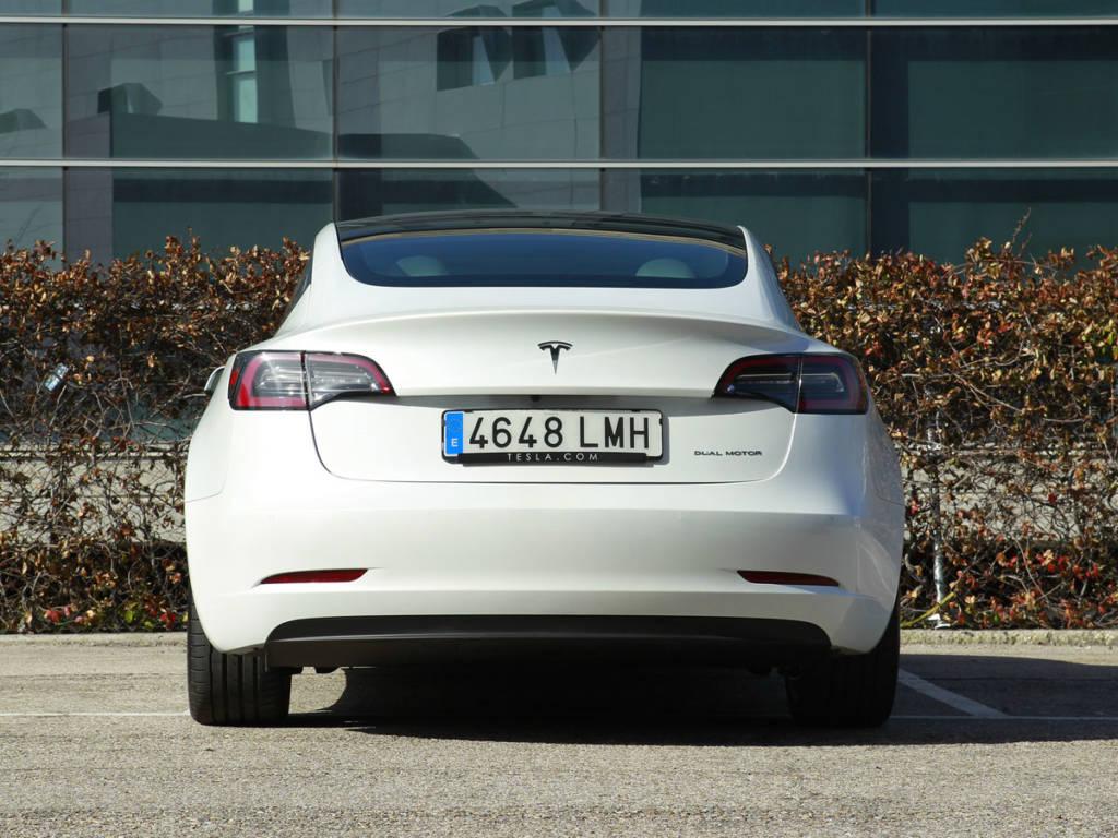 Vista trasera del Tesla Model 3