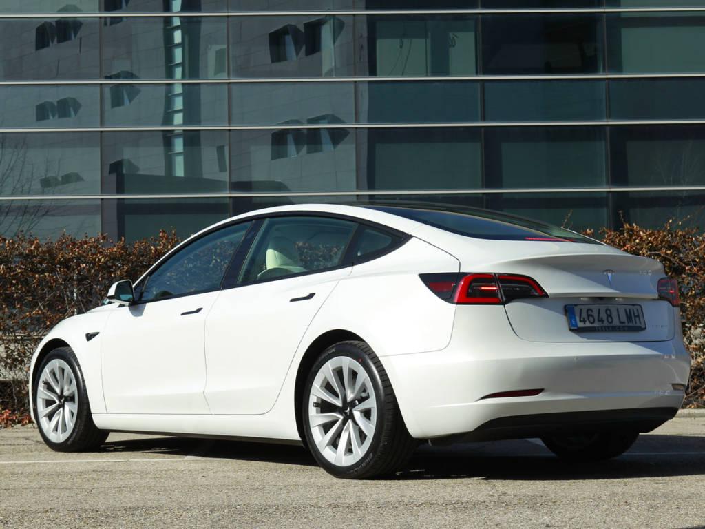 Vista trasera tres cuartos trasera del Tesla Model 3