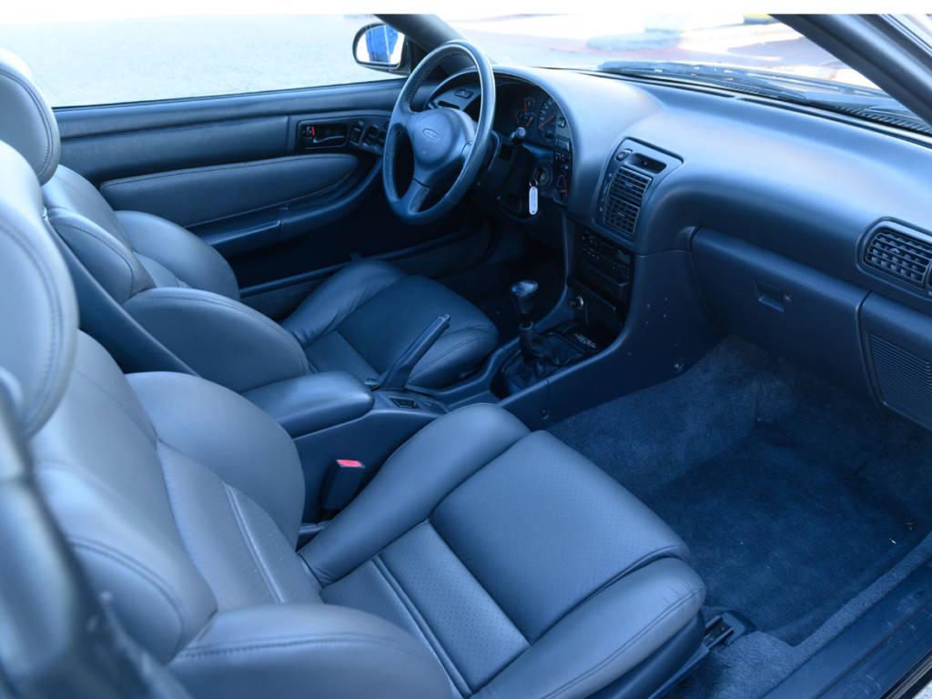El interior del Toyota Celica resulta más insulso que el de su rival