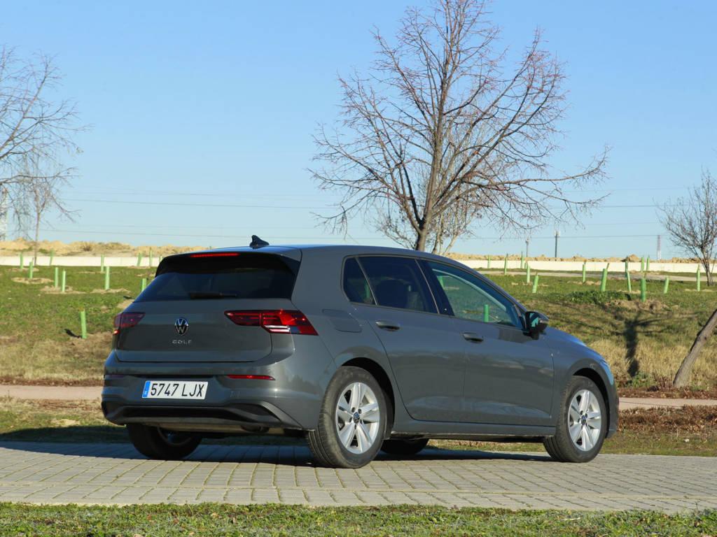 Vista tres cuartos trasera del Volkswagen Golf 2021