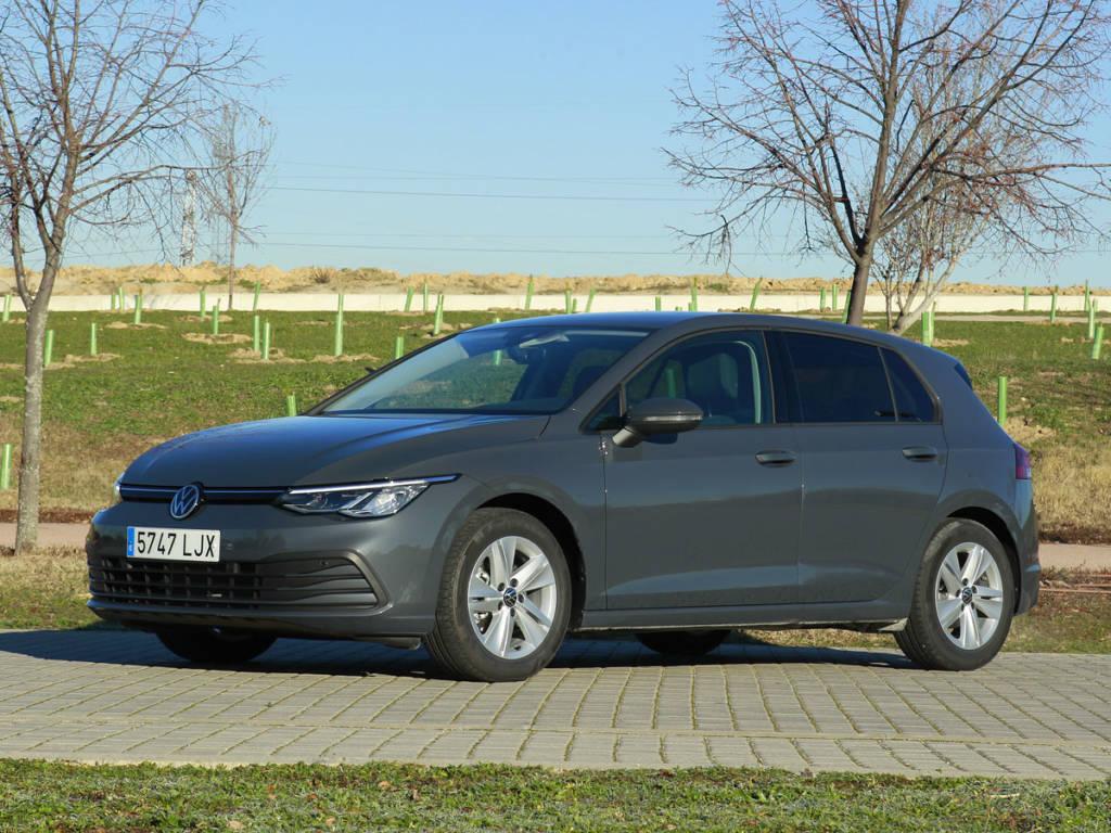 Vista tres cuartos delantera del Volkswagen Golf 2021