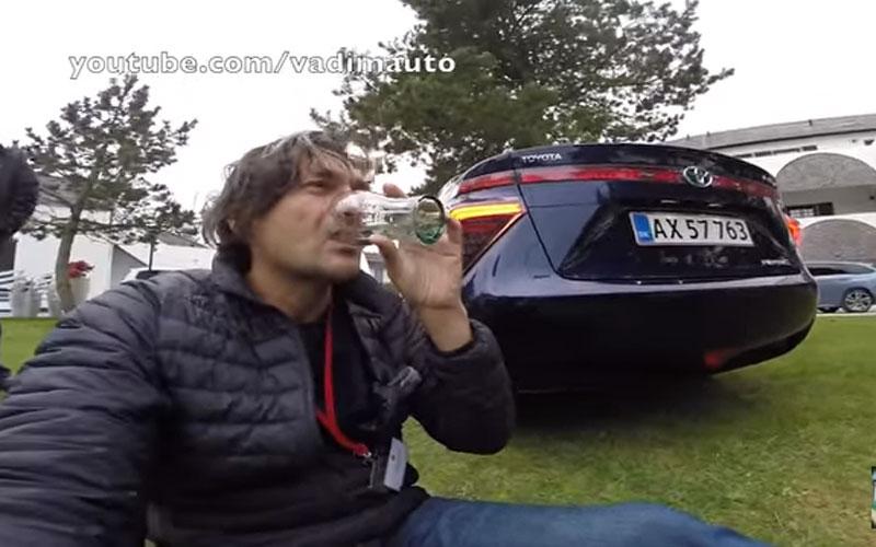Bebe agua creado en el escape de un coche con pila de combustible