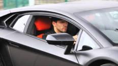 Kun Agüero conduciendo
